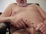 Subslutpleaser cleans up after pleasing himself